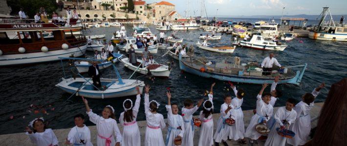 Terra Croatica – Bročko blogo: blagoslov ribara, brodova i mreža na Tijelovo